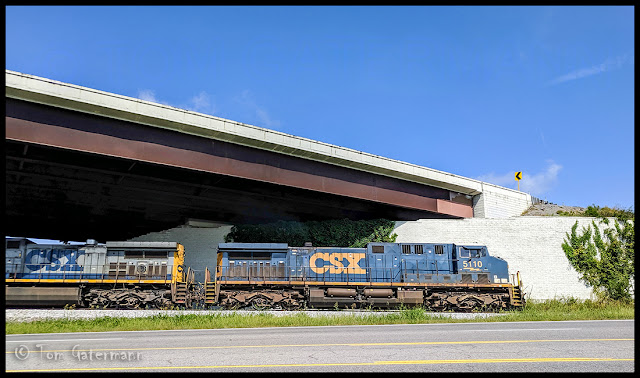 CSX 5110 leads a northbound train at Hendersonville, Tenn.