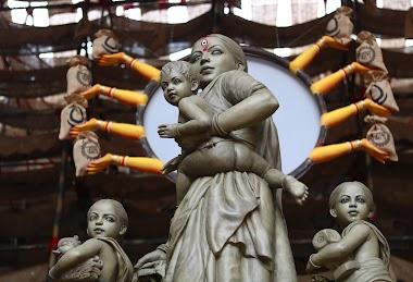 সন্তান নিয়ে প্রবাসী মা II MIGRANT MOTHER WITH A CHILD.