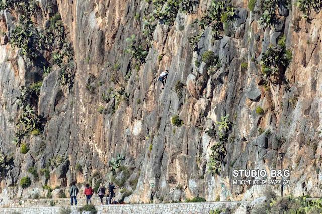Παρά τις απαγορεύσεις συνεχίζονται οι αναρριχήσεις στα βράχια της Αρβανιτιάς