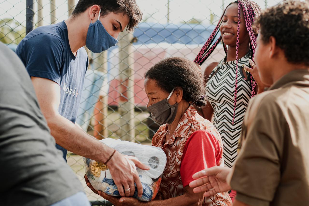 Live Solidária da Rede Salvador FM beneficia 300 famílias