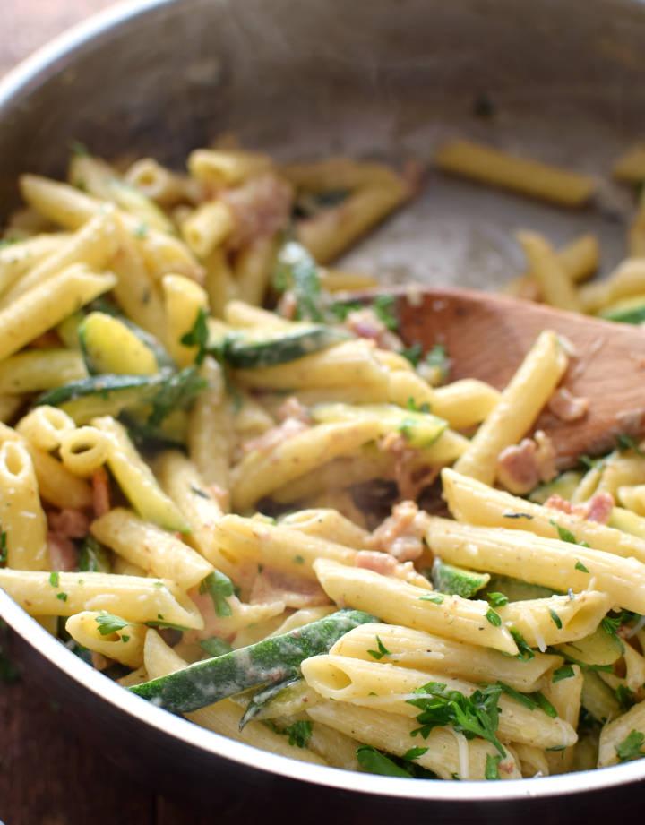 Pasta penne con calabacín con una cremosa salsa carbonara