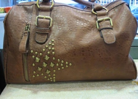 Bolso marrón con estrella de tachuelas