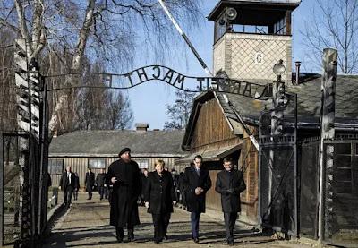 Merkel diz que lembrar dos crimes nazistas faz parte da identidade alemã