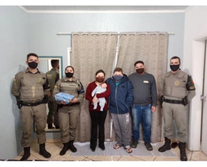 Policiais Militares de Cachoeirinha visitam o bebê que ajudaram a salvar