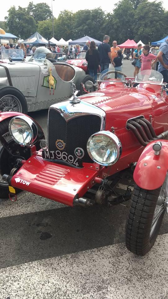 une voiture ancienne vintage de course