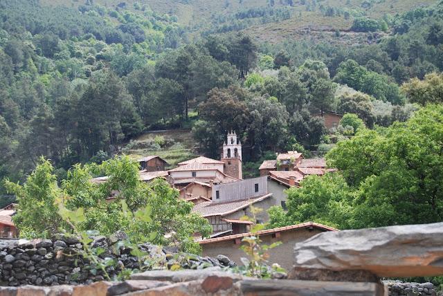 Vista del pueblo de Robledilo de Gata con el campanario de la iglesia y el monte al fondo