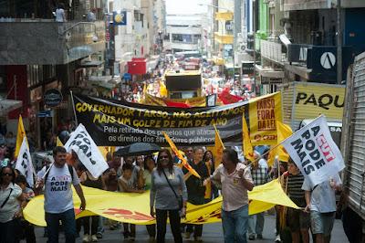 Os professores em grande manifestação rumo a greve geral em 2014.