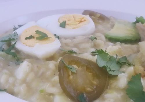 Un rissotto con huevo, aguacate y jalapeños