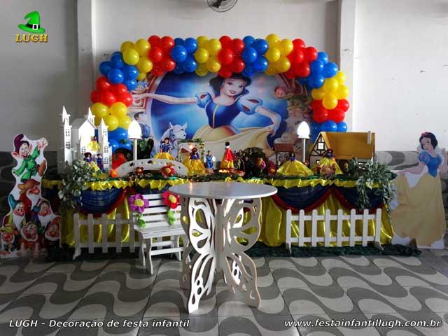 Decoração mesa de aniversário tradicional luxo forrada com toalhas de tecido tema Branca de Neve