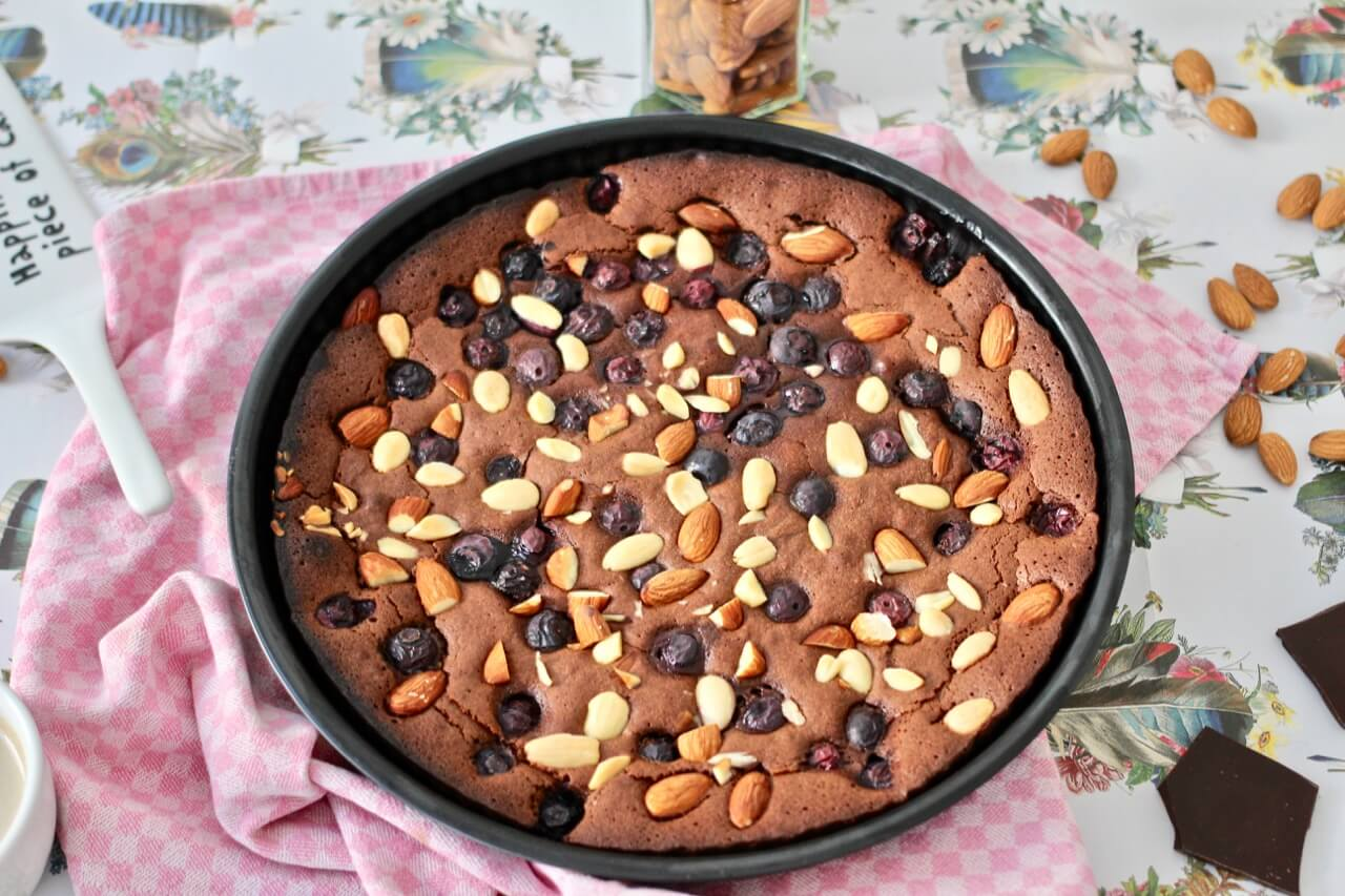 Brownie-Tarte mit Beeren und Mandeln