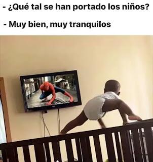 Niño subido a barandilla viendo película de Spiderman