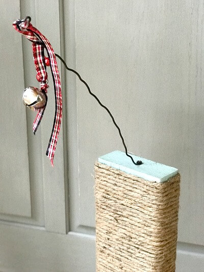 DIY Scratching post with a bell for kittens