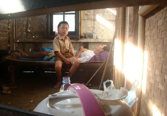 Kisah Kendar, Bocah SD yang Tak Hiraukan Kekurangan, Merawat Sendiri Ayahnya yang Lumpuh