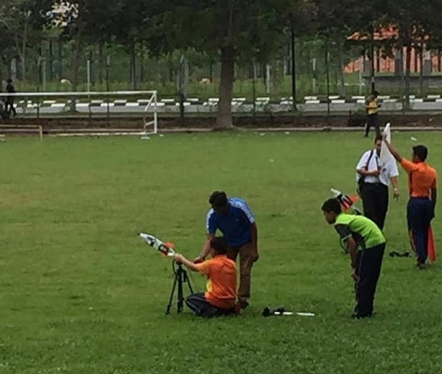 Azwar menyertai Pertandingan Roket Air Karnival STEM