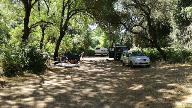 Viaturas estacionadas ao lado da praia fluvial do pego das Pias