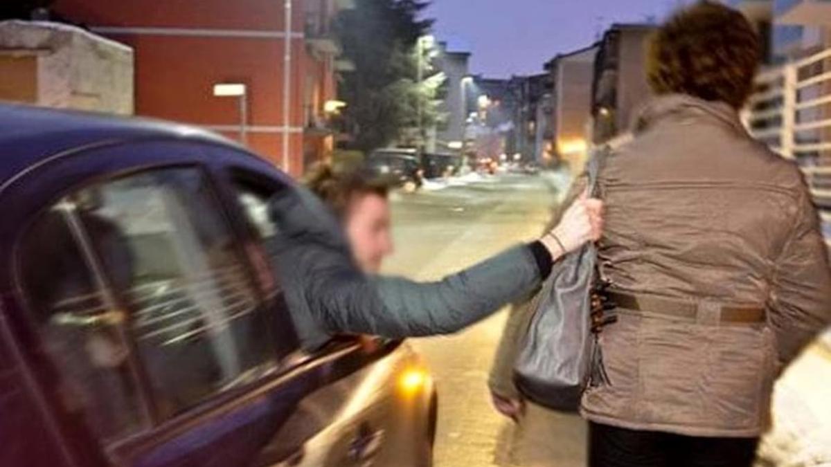 Scippo Adrano borsa anziana donna Polizia