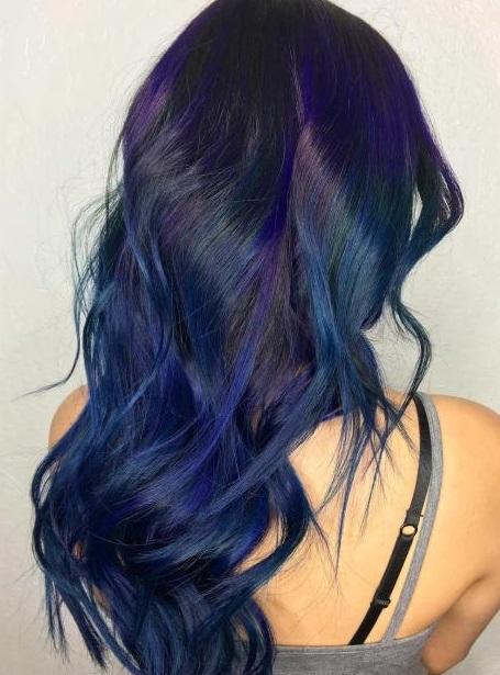 gaya rambut panjang warna biru