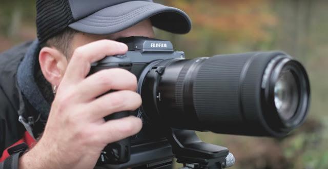 fotografer memotret pakai kamera medum format fuji gfx100