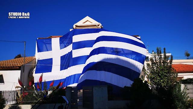 Τύλιξε το σπίτι του στην Αργολίδα με Ελληνική σημαία 140τ.μ.(βίντεο)