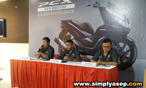 PENJELASAN : Suryanto Wirawan dari AHM Pontianak saat memberikan sambutan dalam acara jumpa pers dengan Jurnalis media cetak elektronik dan Blogger Pontianak dalam peluncuran New Honda PCX Hybrid di Transmart Carrefour Kubu Raya (3/11). Foto Asep Haryono