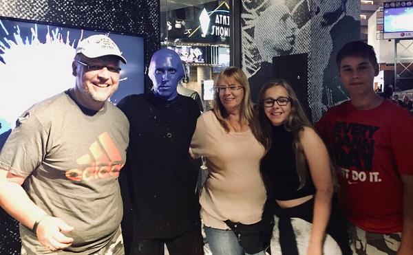 Wir mit einem Darsteller der Blue Man Group nach der Vorstellung im Luxor Hotel in Las Vegas