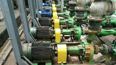 Teknisi pemasangan motor