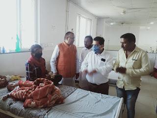 जिला अस्पताल में मुख्यमंत्री के जन्मदिन पर किया गया फल वितरण
