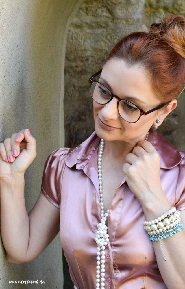 die Edelfabrik, Rosa Satinbluse, lange Perlenkette