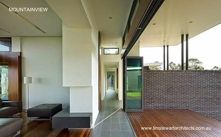 Sector de la sala en límite con una terraza a los fondos en la casa Mountainview australiana