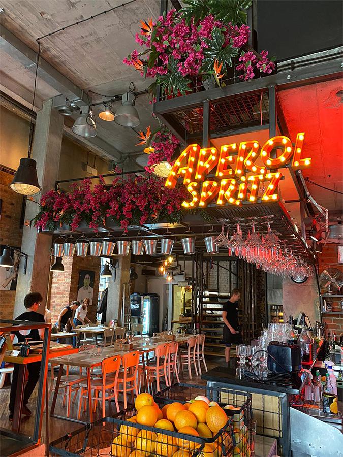 Ognista dekoracja kwiatowa w restauracji Boska Praga