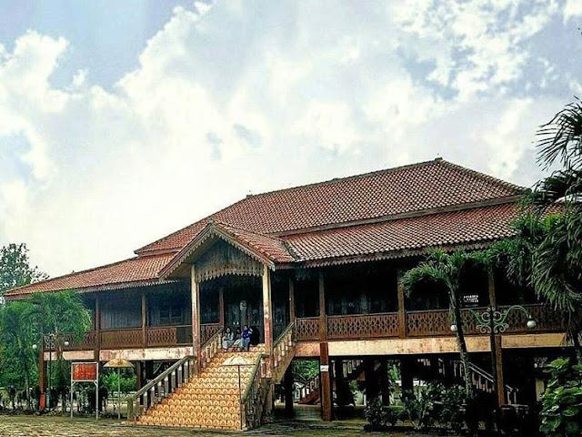 """Rumah Adat Provinsi Lampung """"Nowou Sesat"""""""