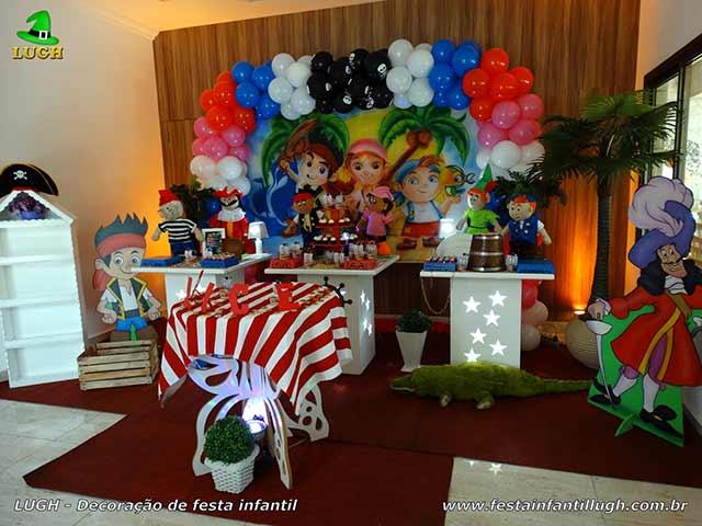 Tema infantil Masculino Jake e os Piratas em mesa provençal para festa de aniversário
