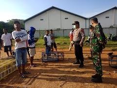 Polsek bersama dengan anggota Koramil dan tokoh Masyarakat Desa Kalipucang Wetan Bubarkan Kolongan Merpati, Cegah Covid-19