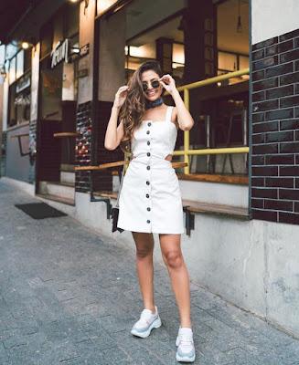 As peças inspiradas no movimento hippie dos anos 70 voltam com tudo e os botões frontais aparecem tanto nas saias como nos vestidos com novas perspectivas e ideias modernas, como é o caso da saia com botões na frente que, atualmente, ganhou o estilo de diversas celebridades e fashionistas mundo afora, com texturas e cores diferenciadas e com muitas nuances.