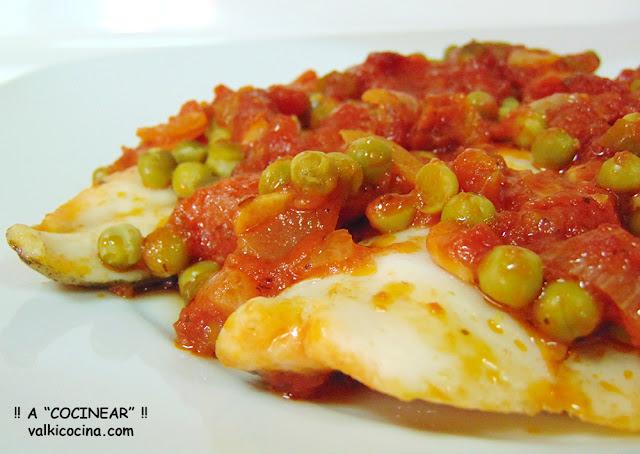 Filetes de merluza al horno con salsa de tomate casera