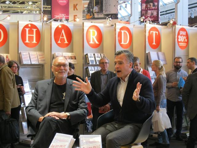 Rufus Gifford slår begejstret ud med armene og interviewes af Leif Davidsen
