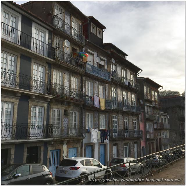 """típicas casas """"portuenses"""": balcones, azulejos y ropa tendida"""