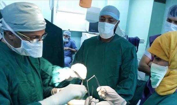 وجبة إفطار أثناء عملية جراحية للدماغ تجتاح مواقع التواصل السعودية... صورة