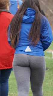Chica canadiense buenas nalgas pantalones yoga pegados