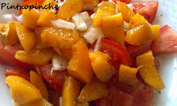 tomates, nísperos, vinagre, sal, cebolla, ensalada de tomates y nísperos, sin gluten