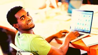 Jeune homme, gagner de l'argent avec un travail en ligne