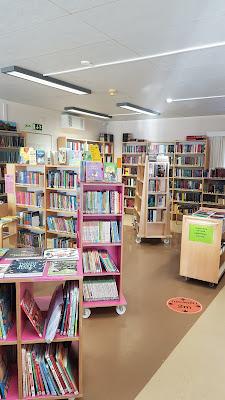 Kirjat odottavat lukijaansa kirjastossa.