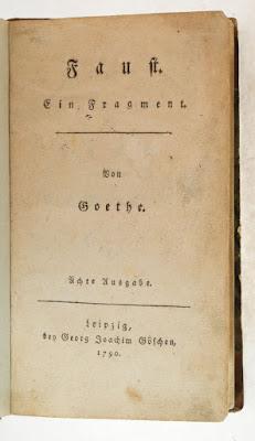 Το εξώφυλλο, ίσως της πρώτης έκδοσης του Φάουστ. Ακολουθεί το κείμενο: Ο ΦΑΟΥΣΤ είναι πιθανότατα ιστορικό πρόσωπο που έζησε το 16ο αιώνα στη Γερμανία και αποτελεί χαρακτηριστικό εκπρόσωπο του ανήσυχου και ερευνητικού πνεύματος του ανθρώπου της Αναγέννησης. Ήταν ένας παράξενος άνθρωπος που περιόδευε στις μεγάλες ευρωπαϊκές πόλεις και εμφανιζόταν ως γιατρός, αλχημιστής, αστρολόγος, θαυματοποιός και μάγος. Γρήγορα απόχτησε μεγάλη φήμη και τα κατορθώματά του έγιναν λαϊκός θρύλος. Το 1587 μάλιστα τυπώθηκε και μια λαϊκή φυλλάδα που απέδιδε τα κατορθώματά του στη συμμαχία του με το Διάβολο, στον οποίο είχε πουλήσει την ψυχή του. Αναπλάθοντας αυτούς τους θρύλους δυο αιώνες αργότερα ο Γκαίτε δημιουργεί το δικό του Φάουστ, ένα από τα μεγαλύτερα έργα της παγκόσμιας λογοτεχνίας. Το πρώτο μέρος —που είναι και το πιο σημαντικό— δημοσιεύτηκε το 1808. Στην ποιητική αυτή σύνθεση που έχει θεατρική μορφή με υπόθεση και δράση χωρισμένη σε σκηνές, με πρόσωπα και με βαθιές φιλοσοφικές προεκτάσεις, ο Γκαίτε κάνει τον Φάουστ αιώνιο σύμβολο της τιτανικής βούλησης του ανθρώπου και της ακόρεστης επιθυμίας του να γνωρίσει όλα τα μυστικά και να δώσει απάντηση, σε όλα τα προβλήματα της ζωής. Το απόσπασμα που ακολουθεί ανήκει στον πρώτο μονόλογο του Φάουστ.     Αχ! σπούδασα φιλοσοφία και νομική και γιατρική, και αλί μου και θεολογία με κόπο και μ' επιμονή· και να με δω με τόσα φώτα, εγώ μωρός, όσο και πρώτα! Με λένε μάγιστρο, ακόμα δόκτορα, και σέρνω δέκα χρόνια τώρα από τη μύτη εδώ κι εκεί τους μαθητές μου — και το βλέπω δεν μπορεί κανένας κάτι να γνωρίζει! Λες την καρδιά μου αυτό φλογίζει. Ναι, πιότερα ξέρω παρά όλοι μαζί, γιατροί, δικηγόροι, παπάδες, σοφοί· δισταγμοί, υποψίες δε με ταράζουν, κόλασες, διάολοι δε με τρομάζουν — έτσι όμως κι η χαρά μού είναι φευγάτη, δεν το φαντάζομαι πως ξέρω κάτι καλό στον κόσμο να το διδάξω, να τον φωτίσω, να τον αλλάξω. Ούτ' έχω δα καλά και πλούτο, δόξα, τιμές στον κόσμο τούτο. Μήτε σκυλί έτσι θα 'θελα να ζει! Γι' αυτό έχω στη μαγεία παραδοθεί, μήπως το πνεύμ