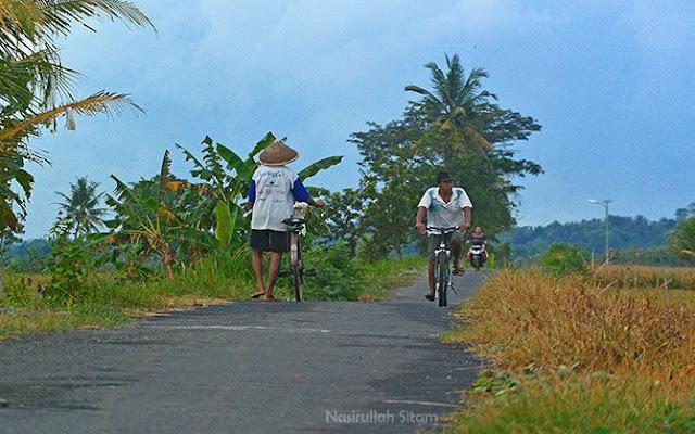 Penduduk setempat sedang menuju sawah