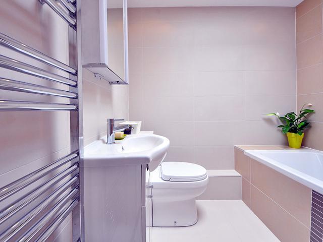 Почему треснула плитка на стене в ванной?