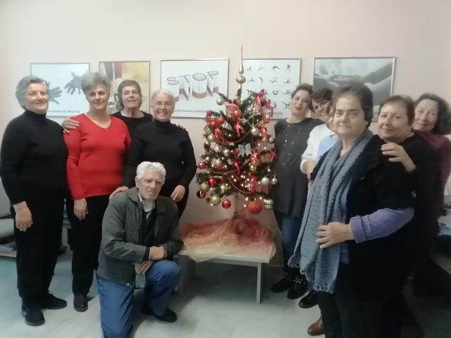 """Στόλισαν το χριστουγεννιάτικο δέντρο τους τα μέλη της """"Αλληλεγγύης"""""""