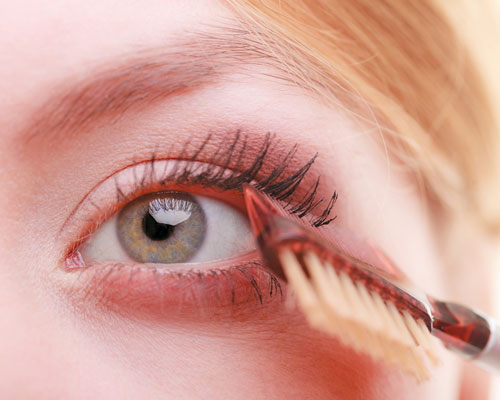 Peinar pestañas y aplicar rímel en ojos grandes