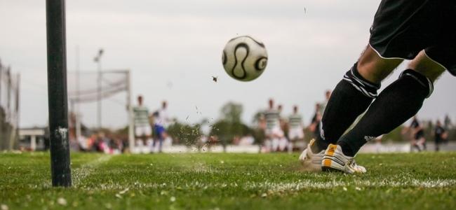 Cara Menendang Bola Melengkung