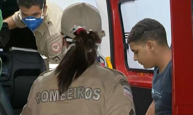 """""""Foi milagre"""", diz pai de menino que se salvou após mais de duas horas no mar"""