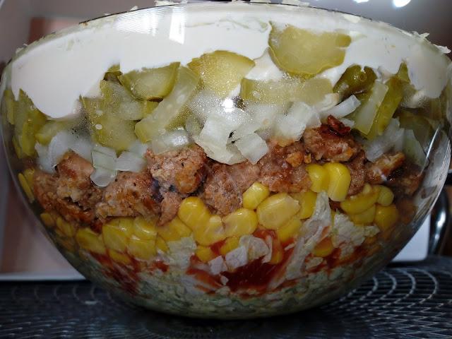 warstwowa salatka z wieprzowina salatka ze schabem smazonym salatka gyros salatka z kapusta pekinskiej salatka z kukurydza
